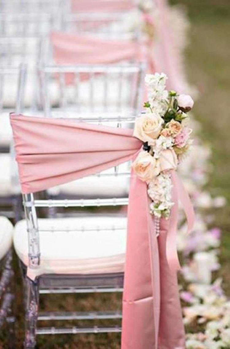 Hochzeitsfeier Ideen rosa romantische Hochzeitsdeko Stühle dekorieren
