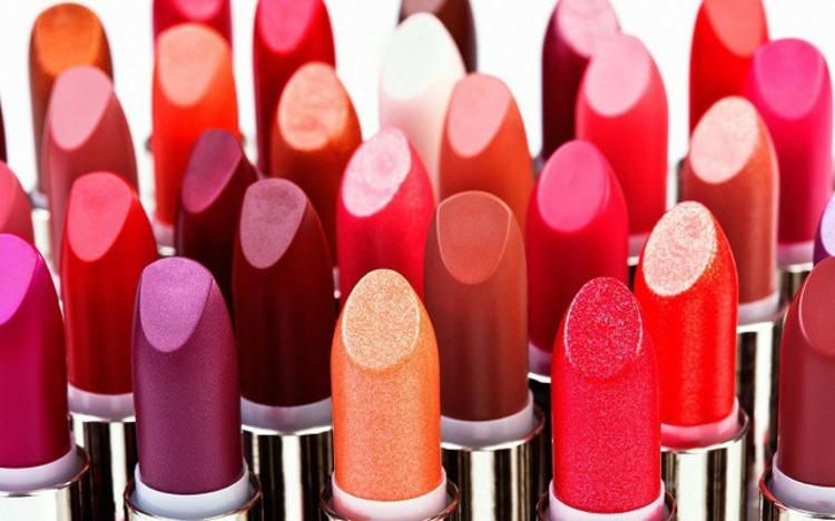 Lippenstift Farbe aussuchen verschiedene Nuancen