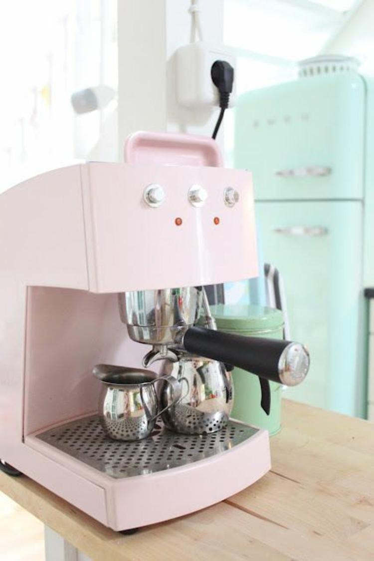 Retro Kühlschränke und Küchengeräte Espressomaschine rosa