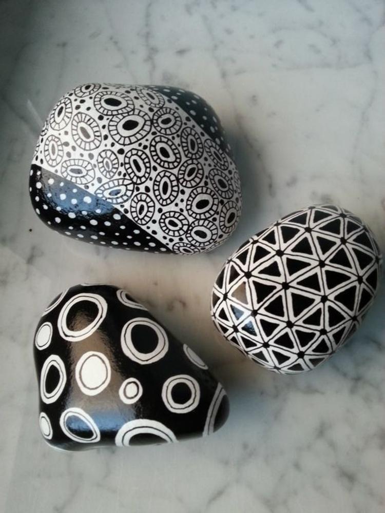 Steine bemalen Basteln mit Steinen schwarz weiß
