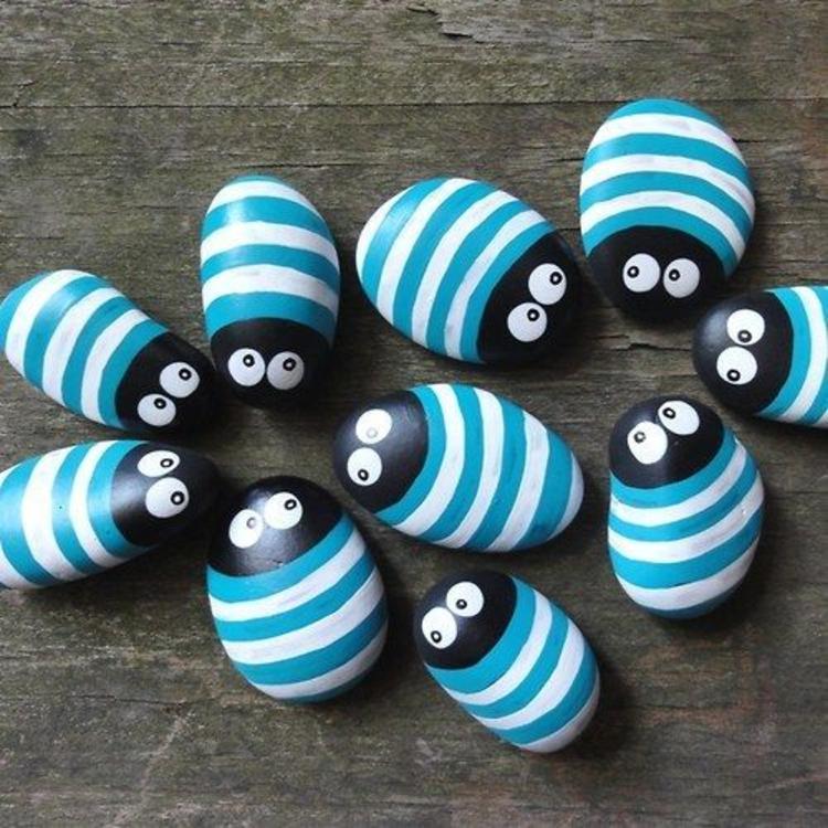 Steine bemalen Käfer Streifen blau weiß Basteln mit Steinen