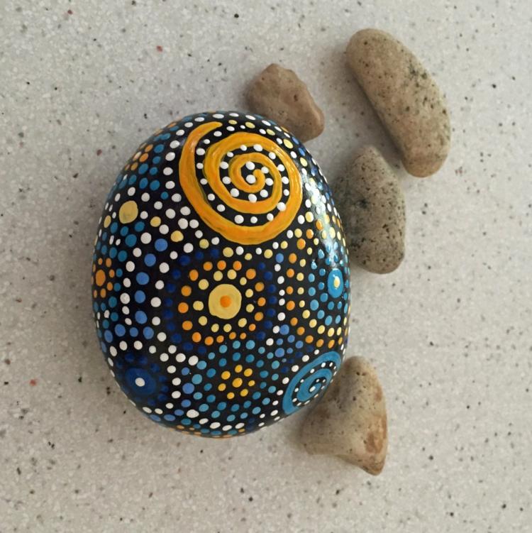 Steine bemalen Pünktchenmuster blau gelb Basteln mit Steinen