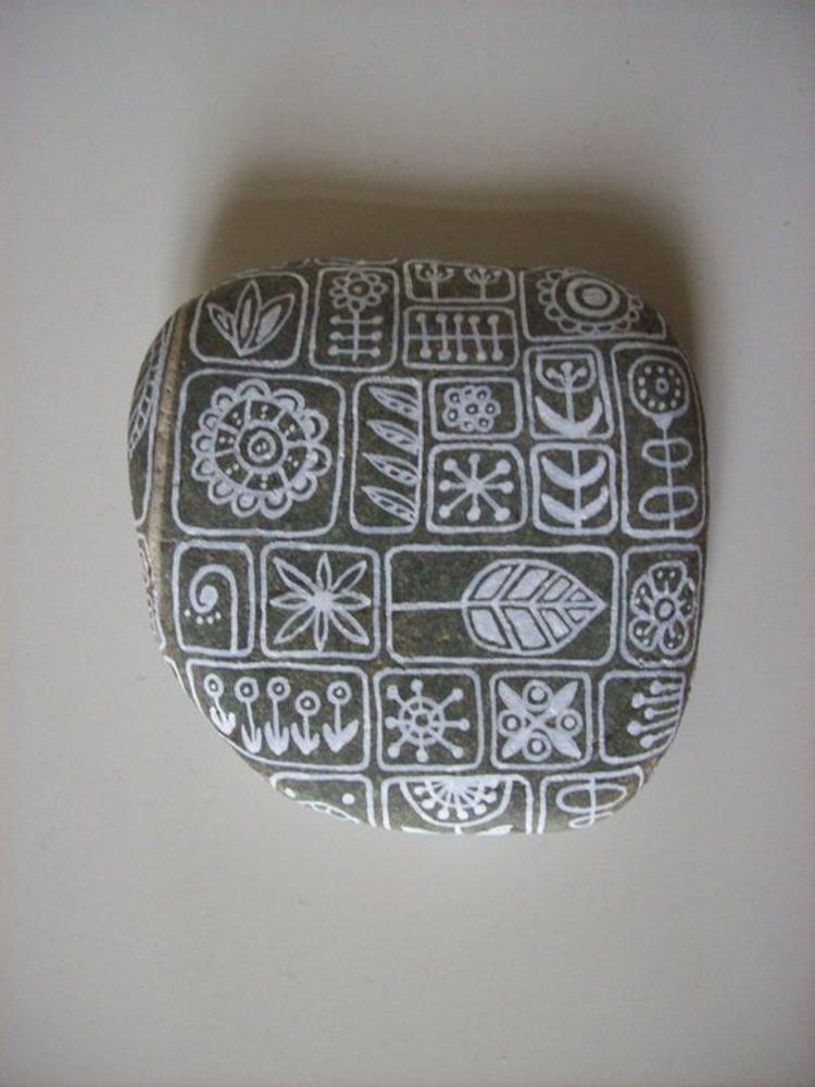 Steine bemalen abstrakte Motive weiß Basteln mit Steinen