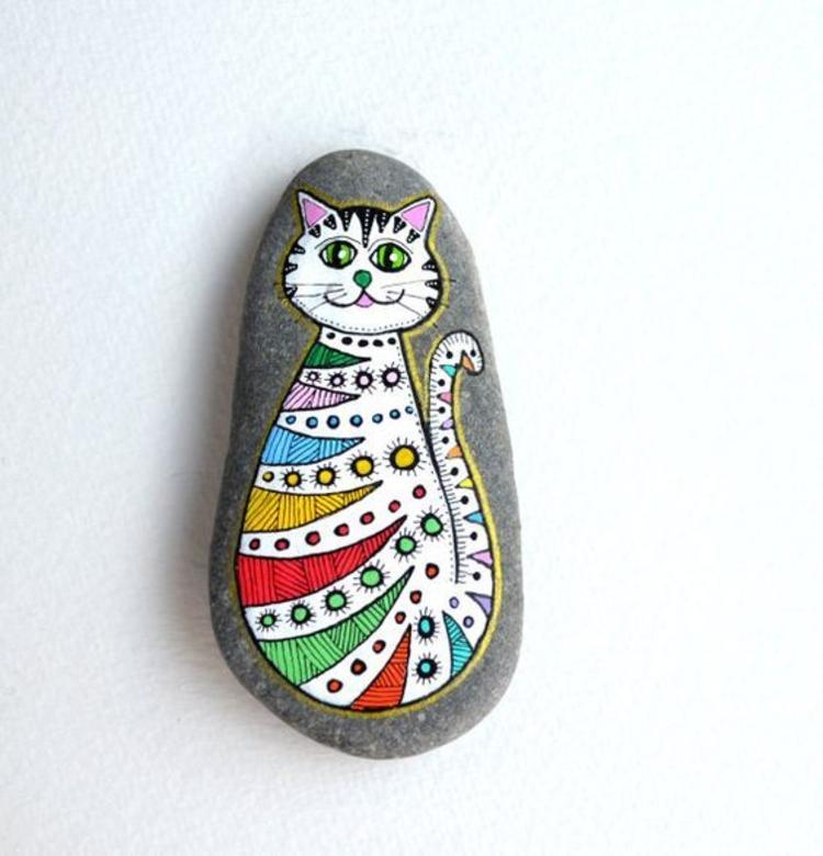 Steine bemalen bunte Katze Basteln mit Steinen