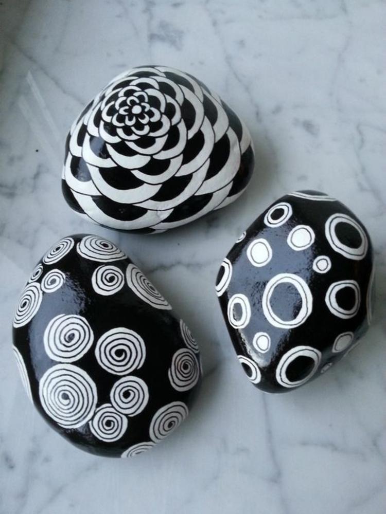 Steine bemalen schwarz weiß Basteln mit Steinen
