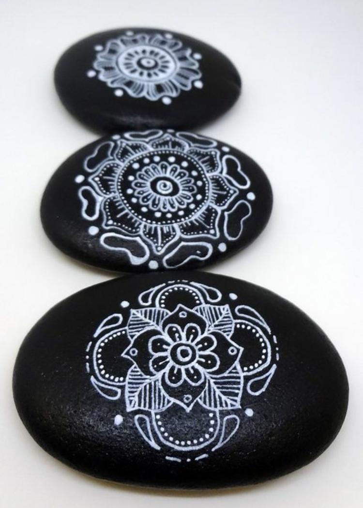 Steine bemalen schwarz weiß Mandala Basteln mit Steinen