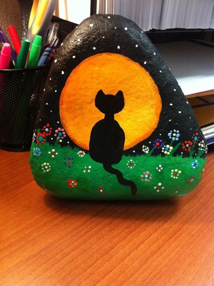 Steine bemalen schwarze Katze Basteln mit Steinen