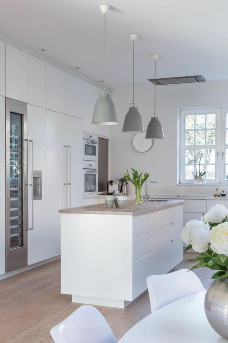 Wohnung skandinavisch einrichten Kücheninsel weiß Holzplatte