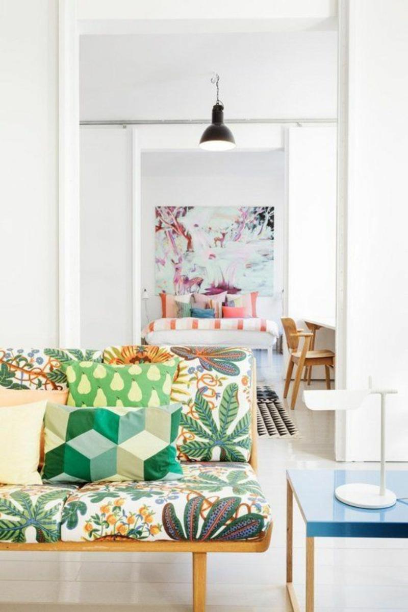 Wohnung skandinavisch einrichten Sofa mit Blumenmuster grün