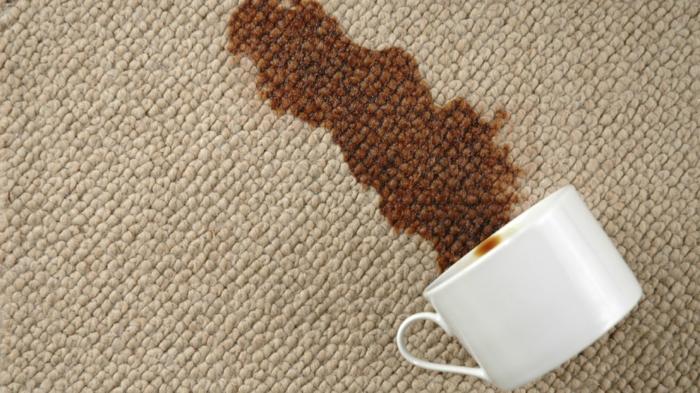 Wollteppich reinigen Kaffee Flecken beseitigen