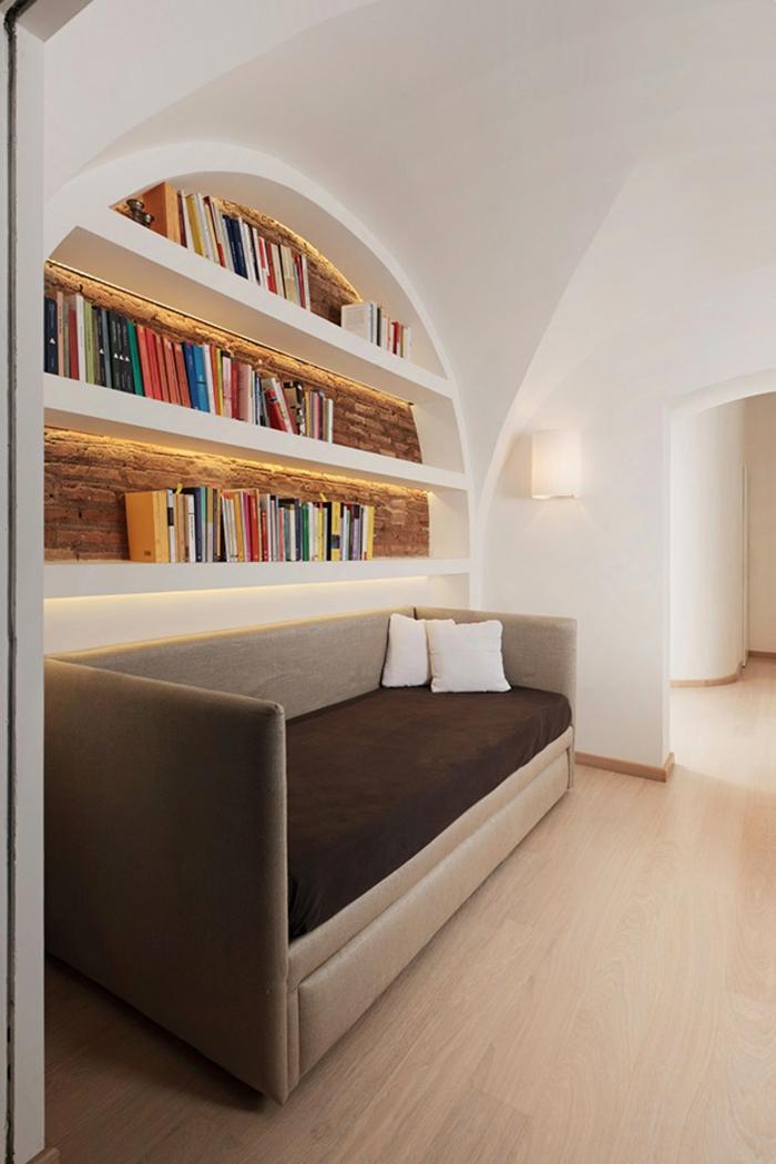 bücherregale couch laminat weiße wände kleine penthousewohnung
