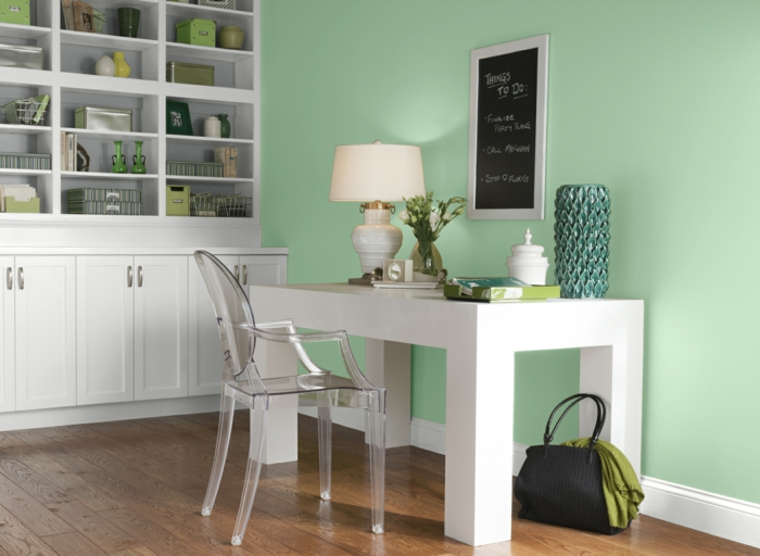 büroeinrichtung office einrichtung zuhause weißer schreibtisch durchsichtiger bürostühl wandregale