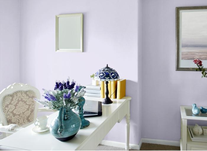 büroeinrichtung weiß lila wände vintage schreibtisch keramikvase blau kerzenleuchter