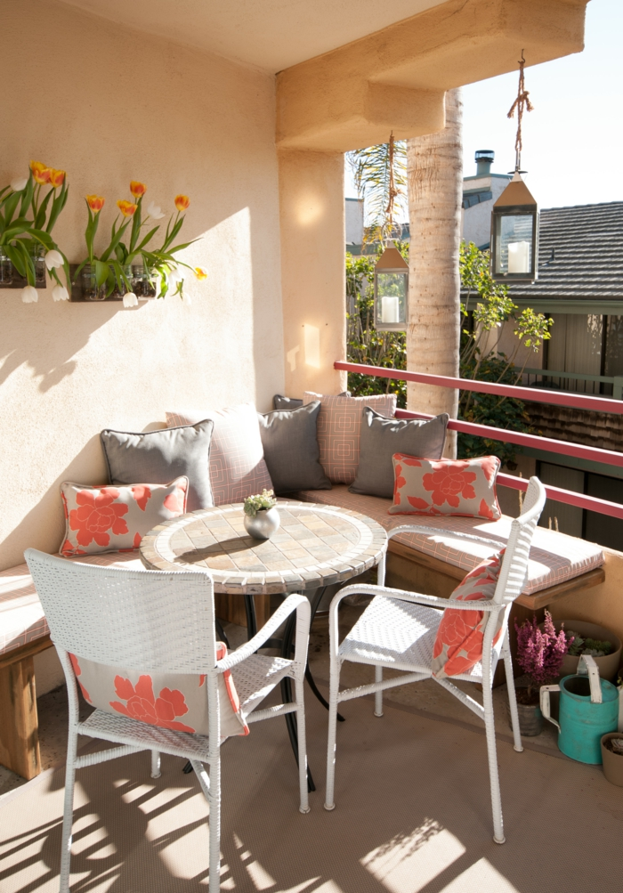 balkoneinrichtung terrassengestaltung runder tisch rattanstühle sitzbank tulpen