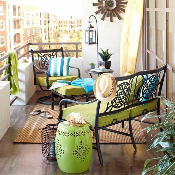 balkoneinrichtung terrassengestaltung sofa sessel fußhocker beistelltisch porzellan hocker grün