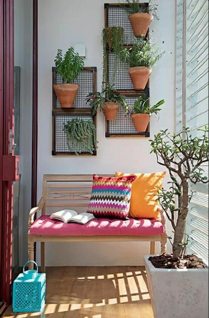 balkongestaltung holz sitzbank bunte dekokissen bonsai blumentöpfe balkonpflanzen