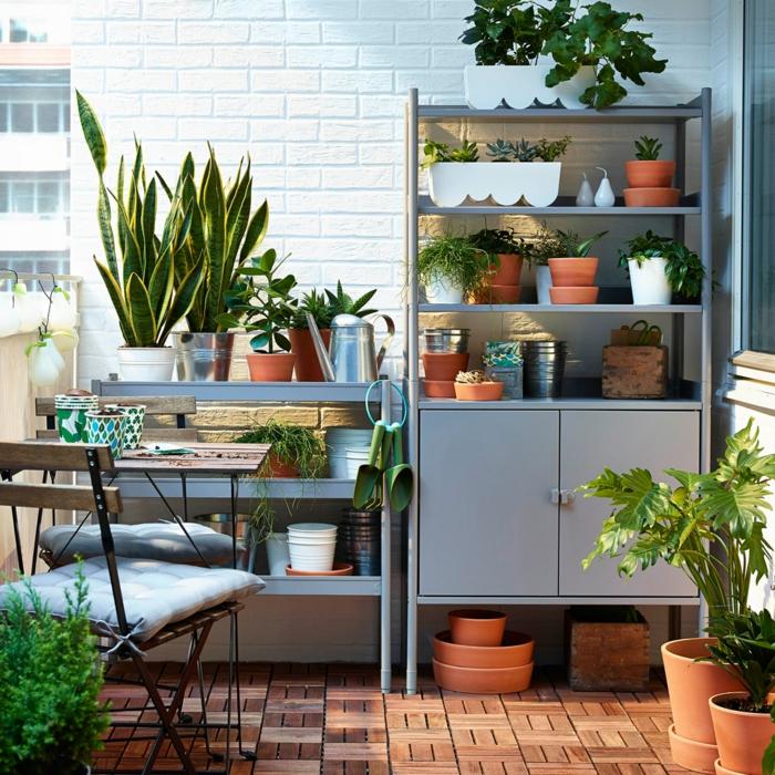 balkonmöbel grau kommode regale klappstühle holzboden terrassengestaltung