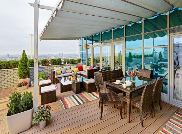 balkonmöbel rattan terrassengestaltung esstisch couch hocker stühle balkonpflanzen