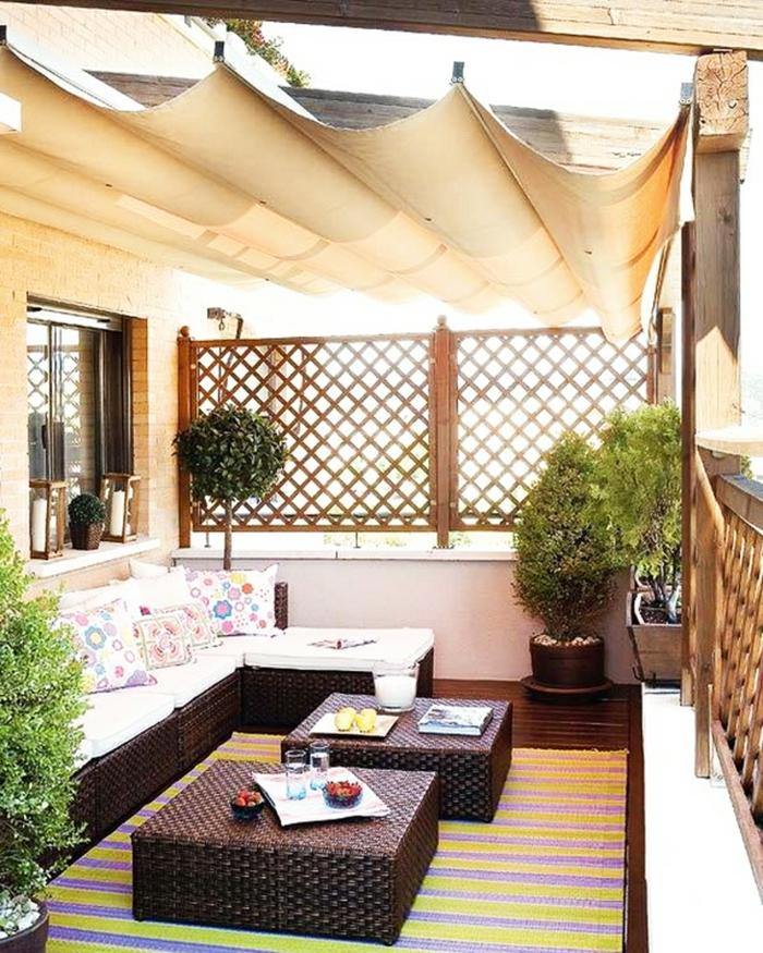 rattanmöbel ottomane sofa kissen balkonpflanzen teppich sonnensegel
