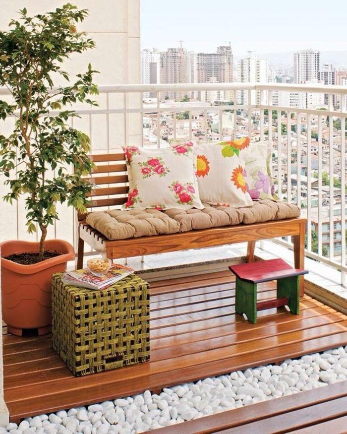 balkonmöbel sitzbank dekokissen hocker weiße steine balkonpflanzen