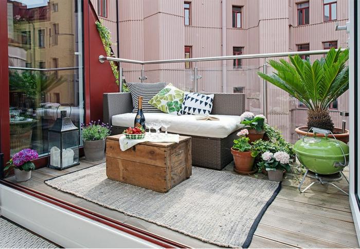 balkonmöbelupcycling ideen couchtisch holzkiste rattansofa sisalteppich metallene laterne balkonpflanzen