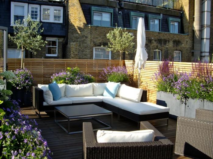 balkonpflanzen lavendel balkonmöbel sofa kissen sessel sichtschutz holz