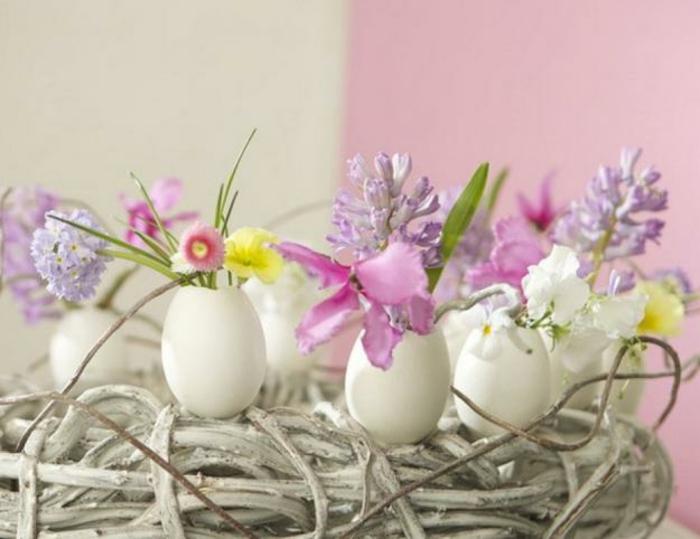 n tischdeko osterkranz ostergesteck weiße tulpen eierschalen
