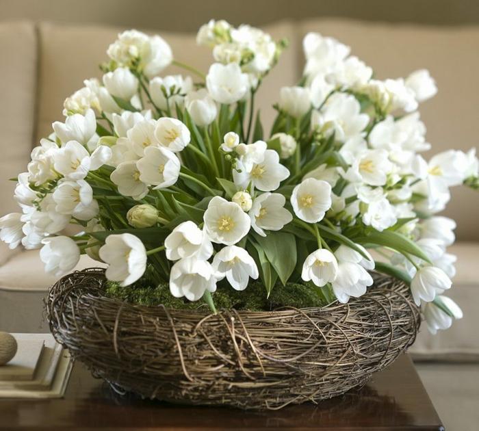 tischdeko osterkranz ostergesteck weiße tulpen