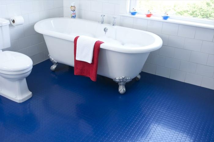 bodenbelag bad bodenfliesen blauer badezimmerboden weiße sanitärobjekte