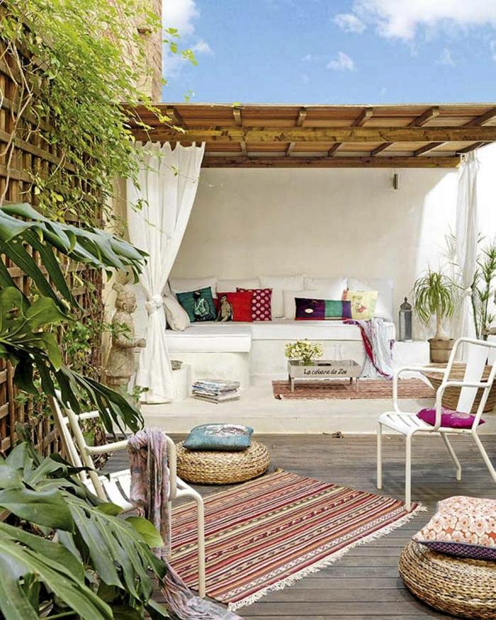 boho style balkongestaltung terrassengestaltung teppiche sitzkissen weißes sofa couchtisch
