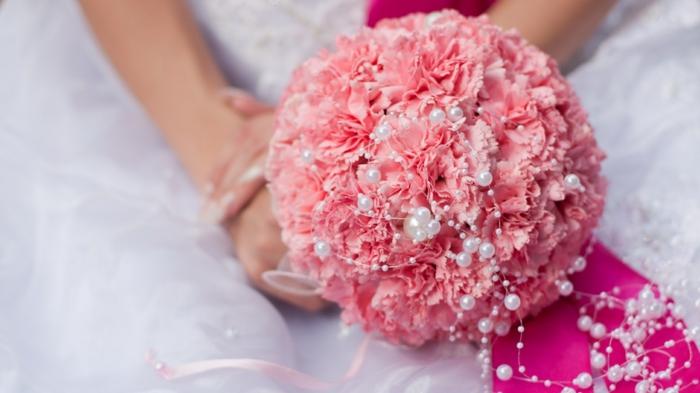 braut blumenstrauss hochzeit rosa nelken perlen brautkleid weiß