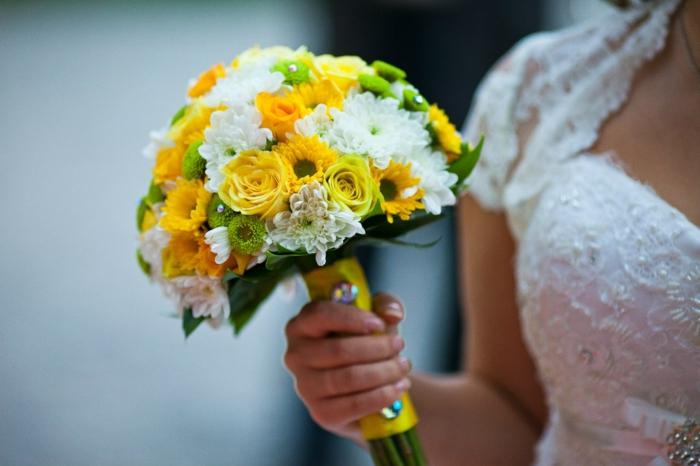 braut blumenstrauss weiße chrysanthemen gelbe rosen