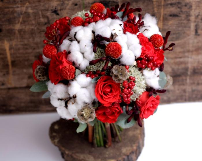 braut hochzeit baumwolle rote rosen beeren blumenstrauss