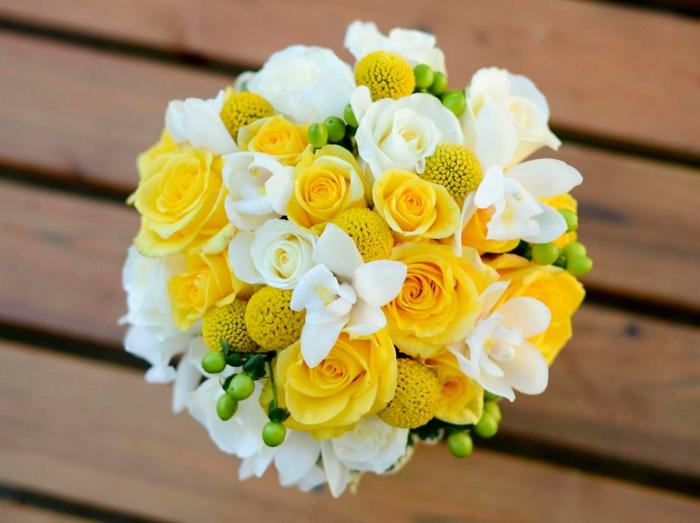 braut hochzeit blumenstrauss gelbe rosen weiße rosen