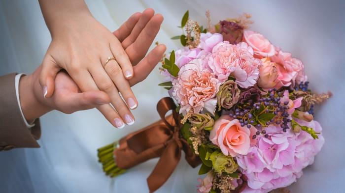 braut hochzeit bräutigam ehering blumenstrauss nelken rosen hortensien