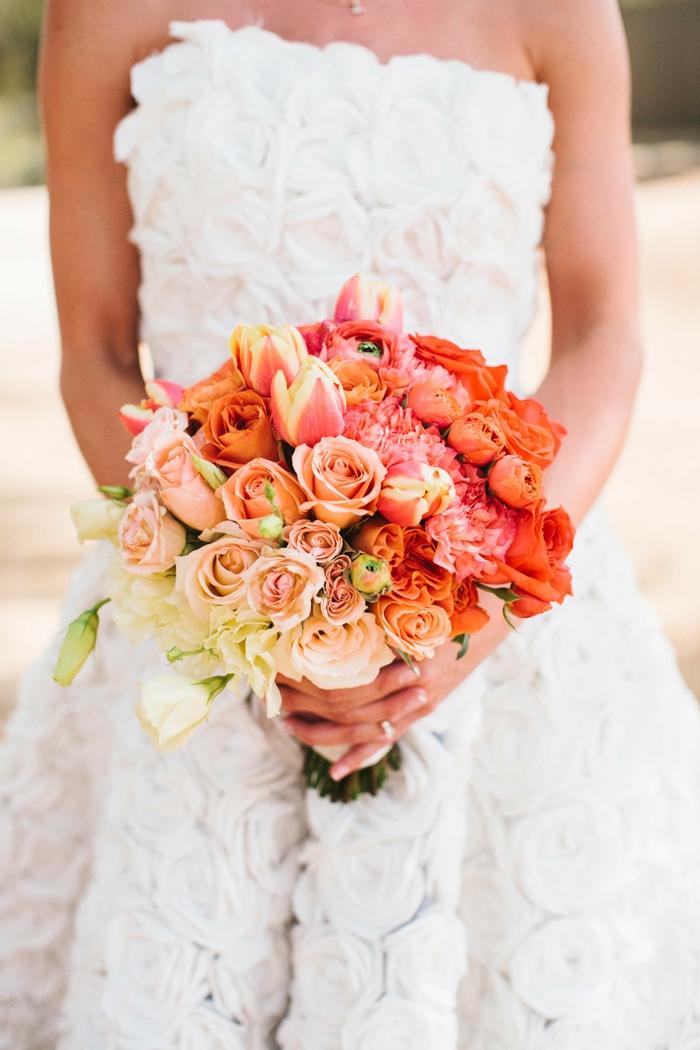braut hochzeit hochzeitskleid schulterfrei lang rosen tulpen