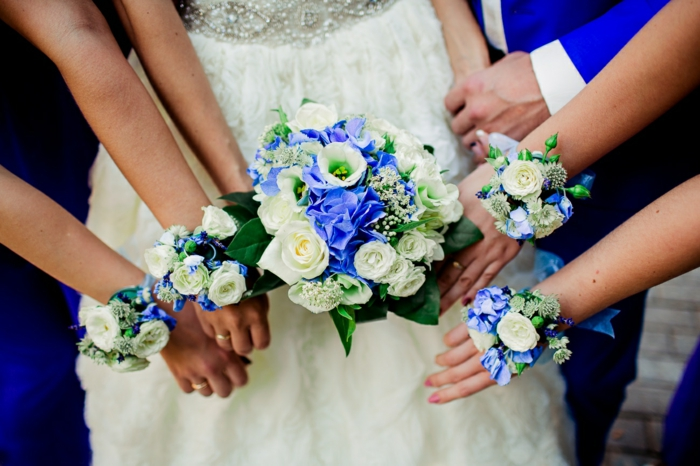 braut hochzeit weiße rosen blaue-blumen bräutigam jungfer