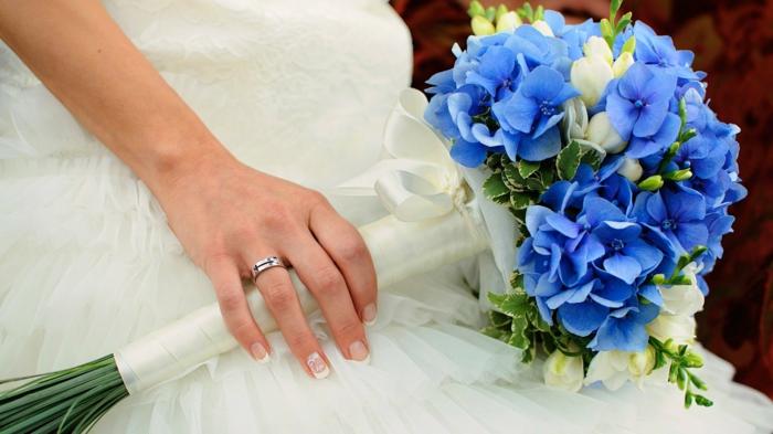 brautkleid lang blaue hortensien weiße fresien
