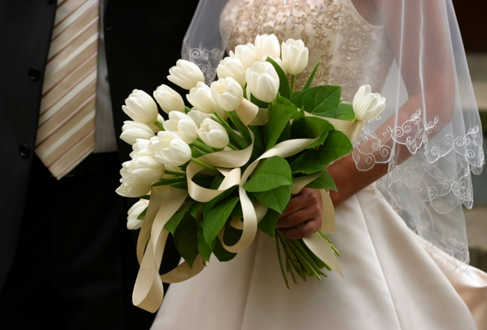 brautkleid lang schleider stickereien weiße tulpen schleife