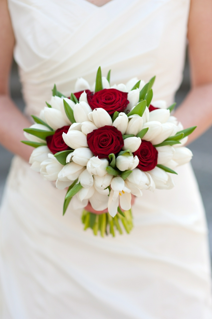 brautkleid weiße tulpen rote rosen hochzeit