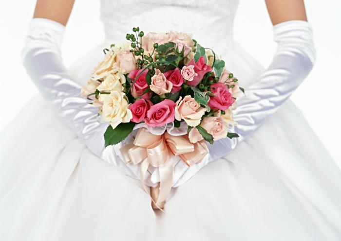 brautstrauß bunte rosen efeu brautkleid hochzeitskleid