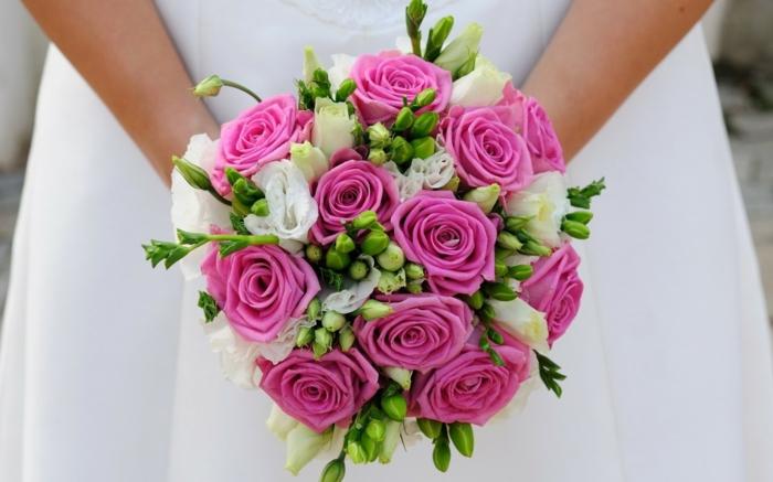 brautstrauß-frische-blumen-pinke-rosen-frische-blumen-brautkleid-hochzeit