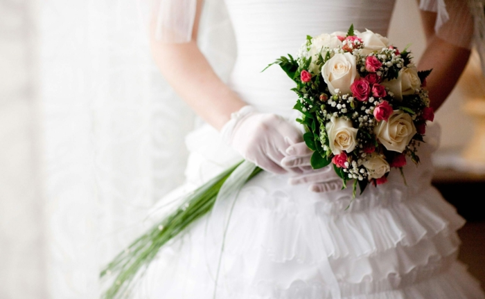 brautstrauß frische blumen rosen hochzeitskleid brautkleid