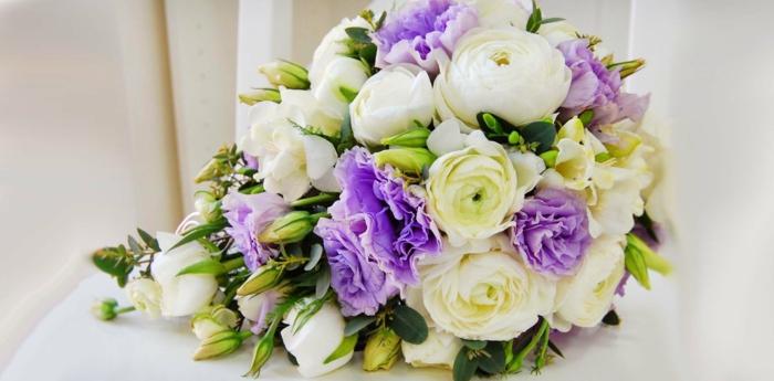 brautstrauß frische blumen rosen lila weiß hochzeitsdekoration