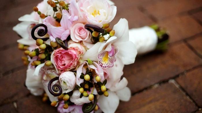 brautstrauß frische blumen rosen orchideen