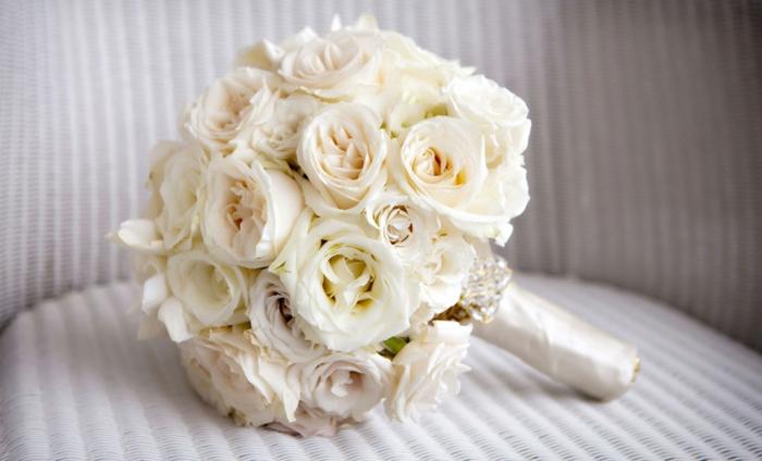 brautstrauß frische blumen weiße rosen hochzeit