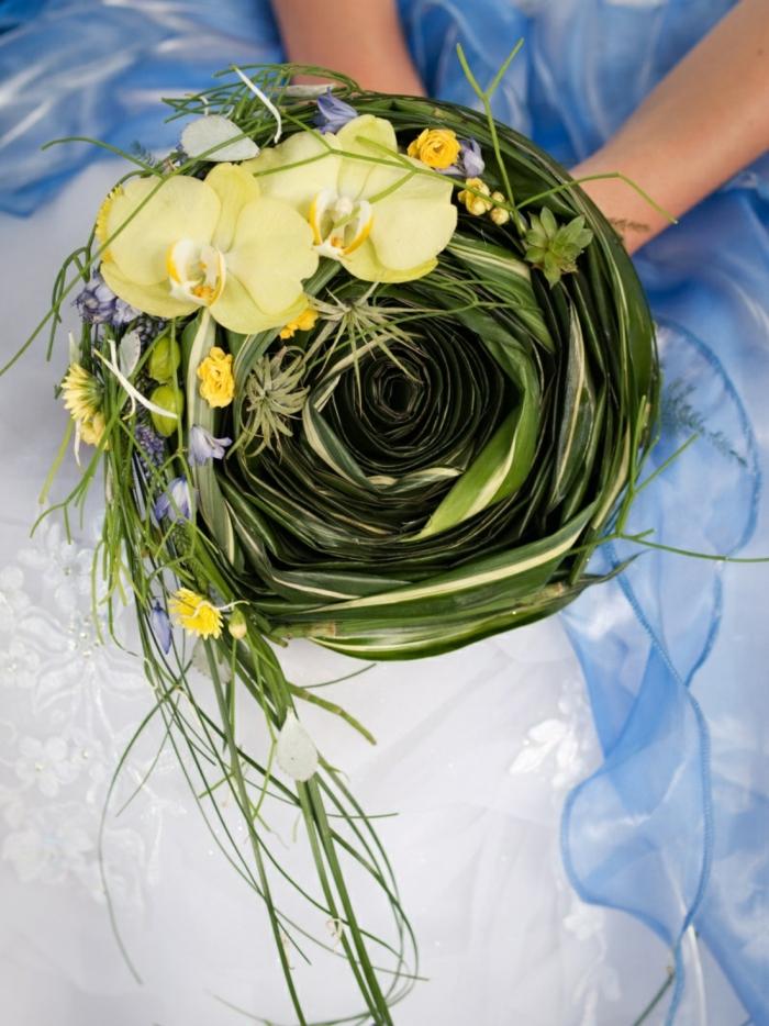 brautstrauß gelbe orchideen grüne pflanzen hochzeitskleid