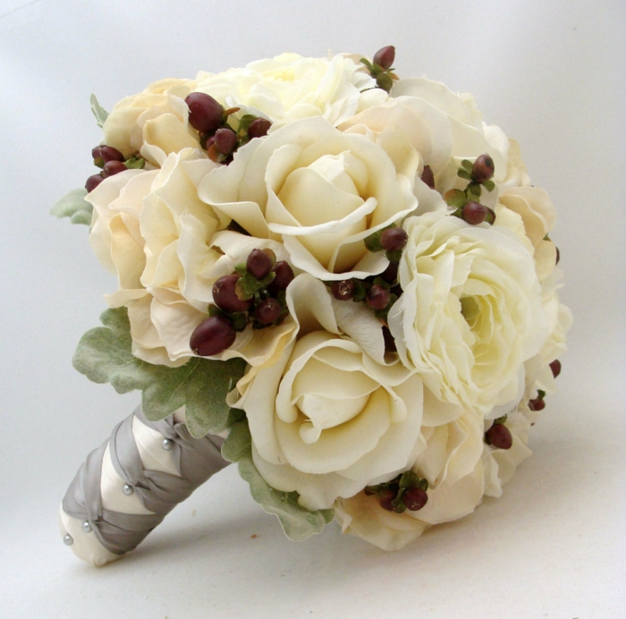 brautstrauß hochzeitsdeko weiße rosen rote beeren