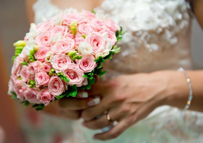 brautstrauß kleine rosen fresien brautkleid hochzeit