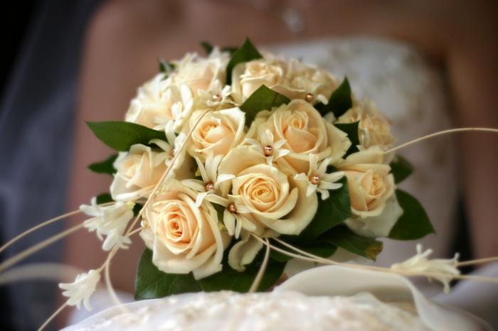brautstrauss klassisch rosen perlen hochzeit brautkleid